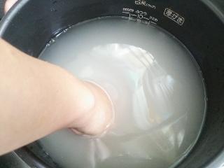 浄水器の水で洗米する。