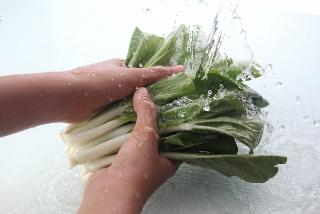 浄水器の水で野菜を洗う。
